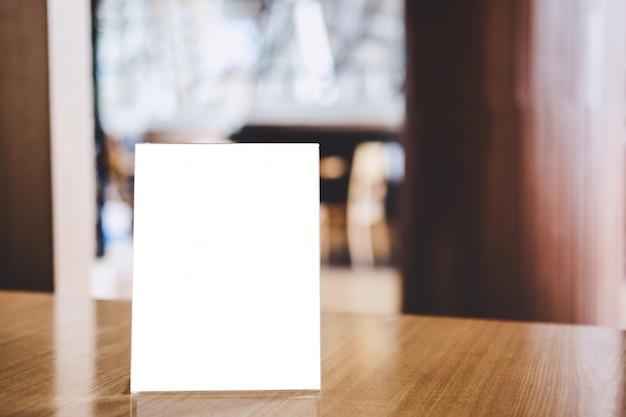 Acryl leeg kadermalplaatje, leeg menuframe op lijst in koffiewinkel of restaurant