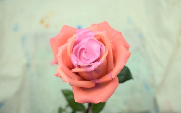 Acryl medium vloeibare kleur gieten druipende vulling op roos