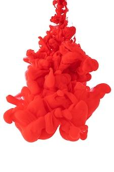 Acrylinkt in water vormt een abstract rookpatroon dat op witte achtergrond wordt geïsoleerd