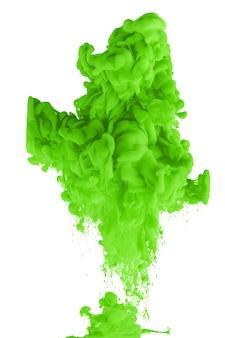 Acrylinkt in water vormt een abstracte rook die op wit wordt geïsoleerd