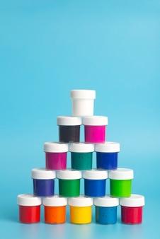 Acrylverf in verschillende kleuren op een blauwe achtergrond. verf om te schilderen.