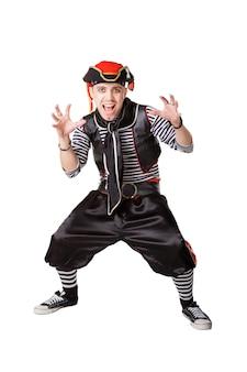 Acteur in kostuums van de piraten op de witte achtergrond worden geïsoleerd die