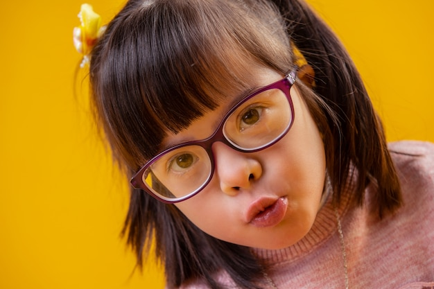 Actief denken. schattige knappe kleine prinses met bruine ogen met donker haar en pony