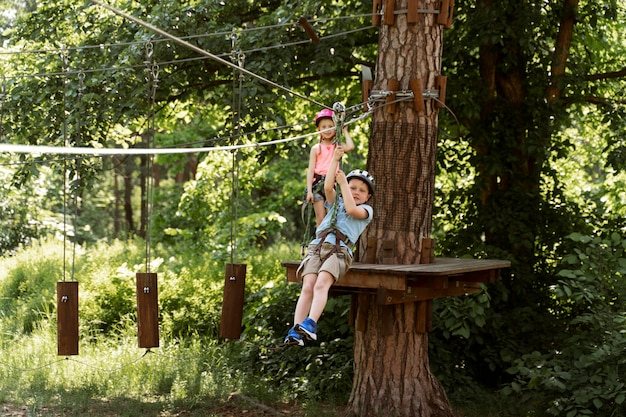 Actief kind in een avonturenpark Premium Foto