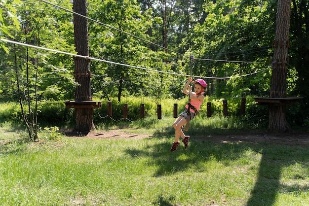 Actief kind in een avonturenpark