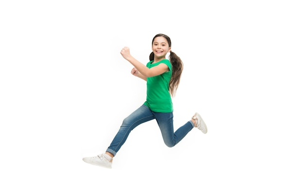 Actief spel voor kinderen. kind gevangen in beweging. hoe actief kind op te voeden. vrij en vol energie. regels om kinderen actief te houden. meisjes schattig kind met lang haar dat zich geweldig actief voelt. vrije tijd en activiteit.