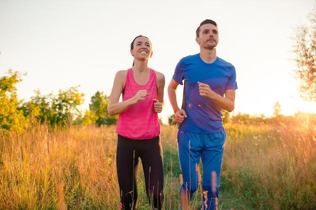 Actief sportief paar dat in park loopt. gezondheid en fitness.