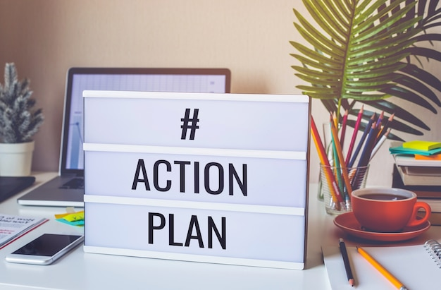 Actieplan tekst op lichtbak op bureautafel in kantoor aan huis