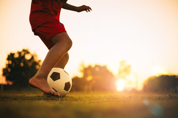 Actiesport buitenshuis van diversiteit van kinderen voetballen voetbal voor oefening