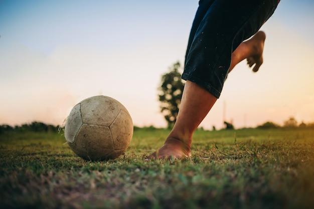 Actiesport buitenshuis van kinderen met plezier voetballen.