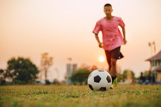 Actiesport in openlucht van kinderen die voetbal spelen.