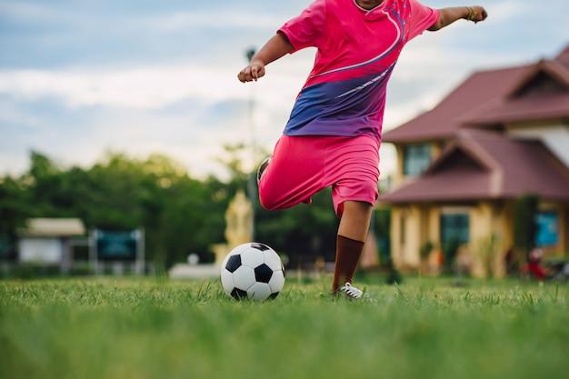 Actiesport van voetbalvoetballer die voor oefening speelt