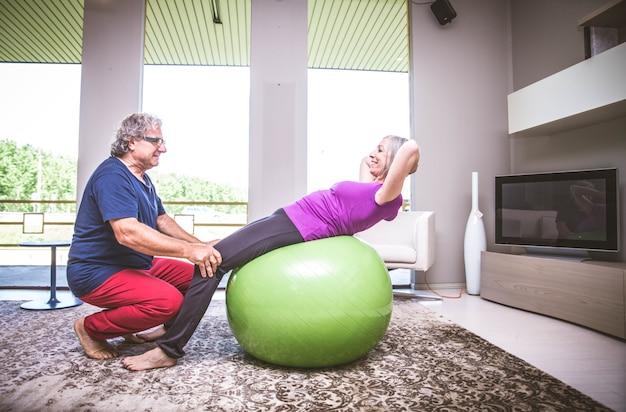 Actieve bejaarde echtpaar training