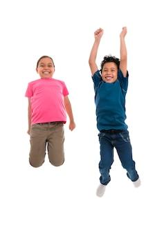 Actieve blije kinderen springen met vreugde geïsoleerd op een witte achtergrond