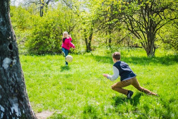 Actieve broers en zussen voetballen