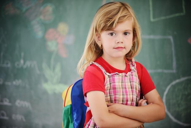 Actieve echte kinderen in de klas met schoolles