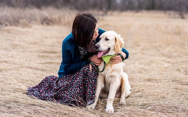 Actieve hond met mooie vrouw buiten