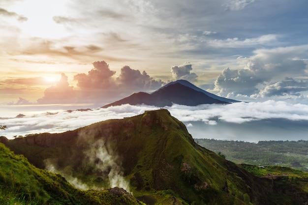 Actieve indonesische vulkaan batur op het tropische eiland bali. indonesië. batur vulkaan zonsopgang sereniteit. dawn hemel bij ochtend in berg. sereniteit van berglandschap, reisconcept