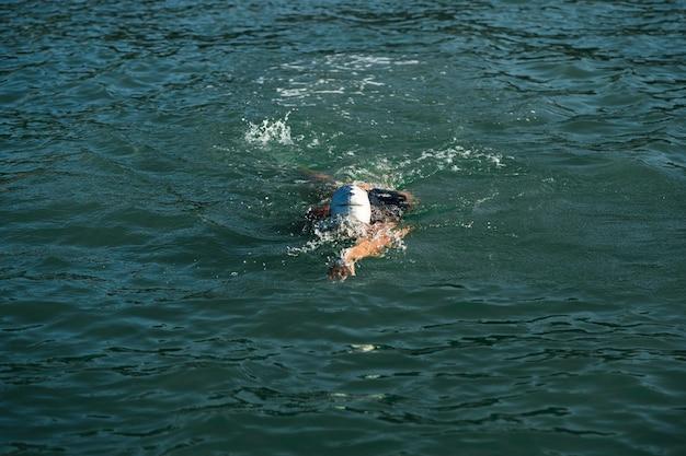 Actieve jonge dame die van zwemmen geniet