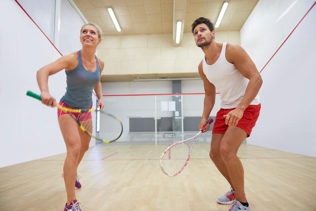 Actieve jonge mensen squashen