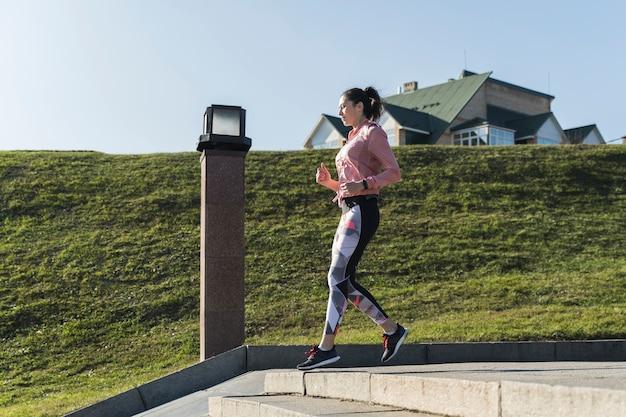 Actieve jonge vrouw die buiten loopt