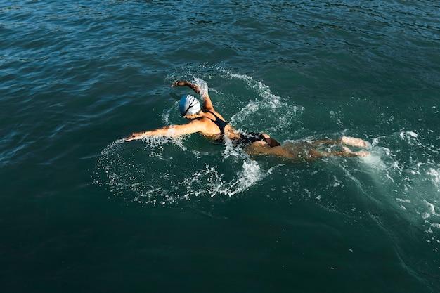 Actieve jonge vrouw die van zwemmen geniet