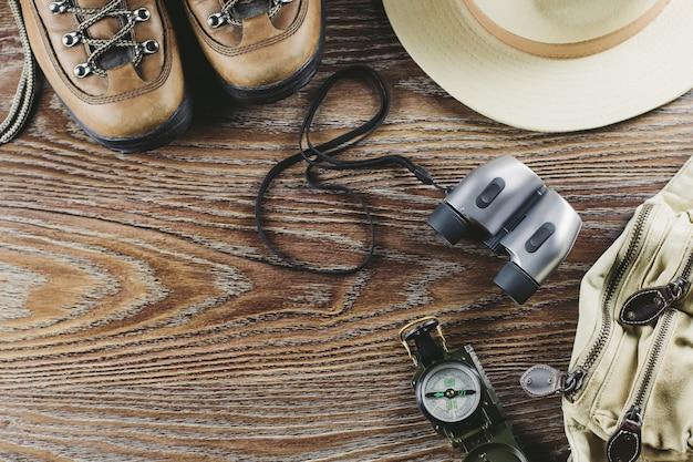Actieve levensstijl plat lag met laarzen, kampeeraccessoires