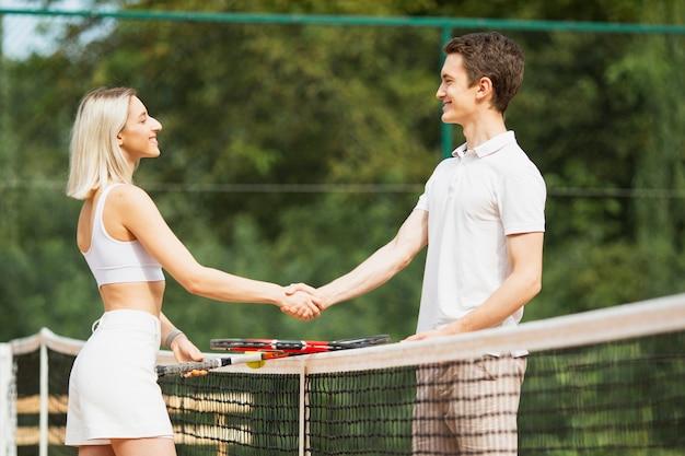 Actieve man en vrouw handen schudden