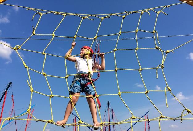 Actieve manier van leven - een klein meisje gaat door een touw in een stad