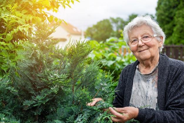 Actieve senior vrouw zorgt voor haar enorme tuin