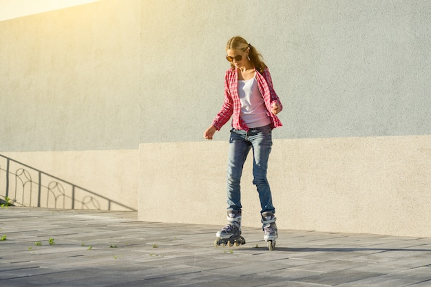 Actieve sport tiener in rolschaatsen