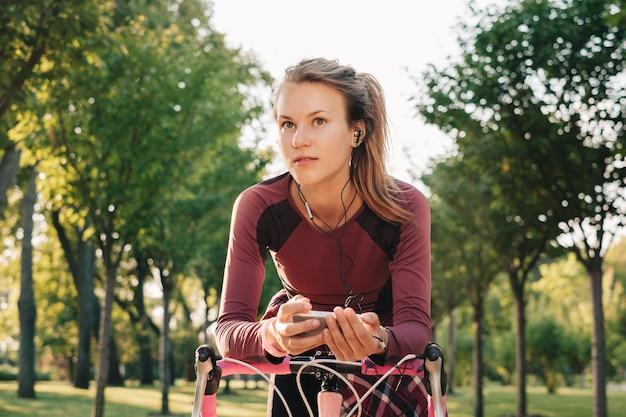 Actieve sportvrouw met fiets