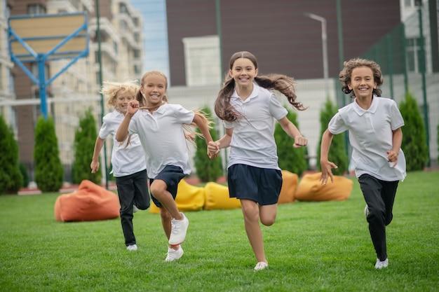 Actieve stemming. groep kinderen rennen en kijken gelukkig