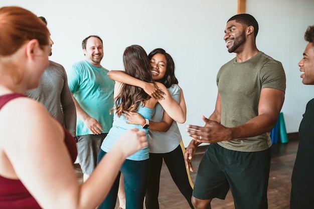 Actieve vrouwen knuffelen elkaar na een trainingssessie