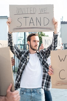 Activist die zich samen met demonstranten bevindt