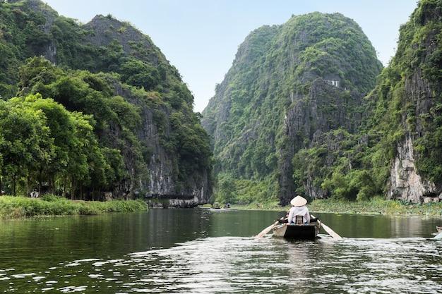 Activiteit stroomafwaarts op boot met vietnamees met voetpeddel