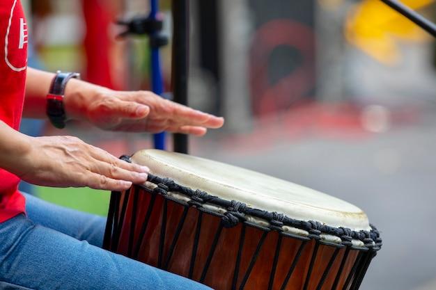 Activiteiten georganiseerd door de gemeenschap, samen genieten van het leven festival, muziekuitvoering