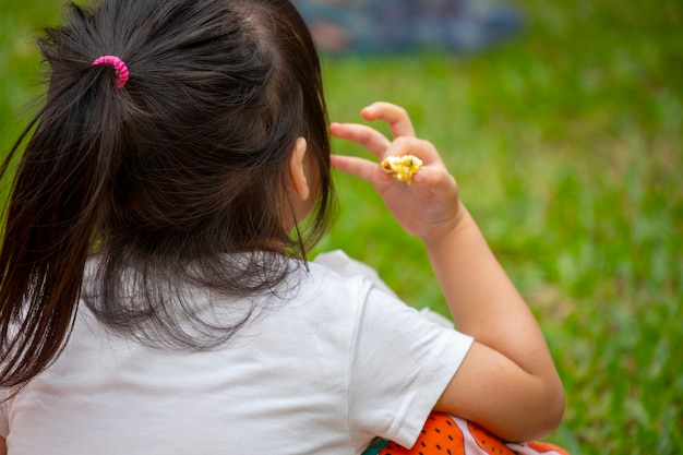 Activiteiten georganiseerd door de gemeenschap, weer samen genieten van het leven, kinderen die zich concentreren op snacken