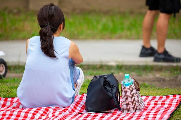 Activiteiten georganiseerd door de gemeenschap, weer samen genieten van het leven, picknicken en uitrusten op het gras