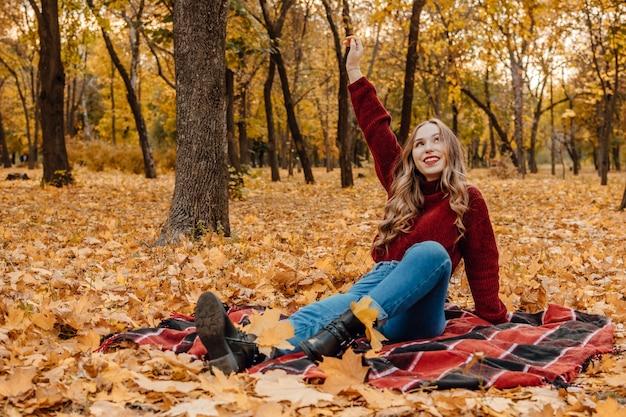 Activiteiten voor een gelukkige herfst, jezelf verbeteren, manieren om gelukkig te zijn en een gezonde herfst. omarm het leven, geluk, vreugdevolle gewoonten, mindfulness, gezondheid en welzijn, empowerment, mentaliteit in de herfst