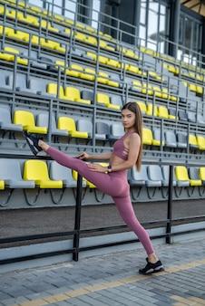 Activiteitsvrouw die fitness rekoefeningen doet. sport als levensstijl