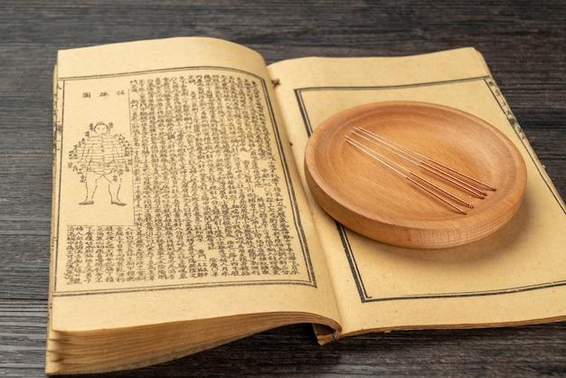 Acupunctuur, moxibustie en medische boeken van traditionele chinese geneeskunde