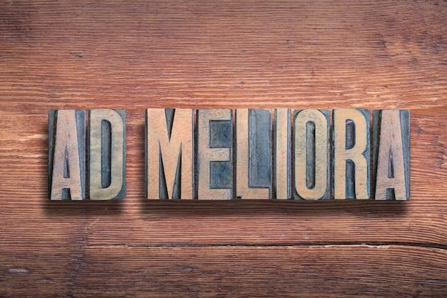Ad meliora oud latijn gezegde betekenis - op weg naar betere dingen, gecombineerd op vintage gelakt houten oppervlak