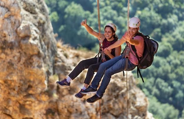 Adamit, israël - 30 november 2019: portret van klimmers die afdalen uit een regenbooggrot in west-galilea, israël