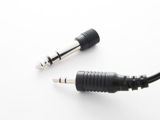 Adapter voor audio-aansluiting van verschillende apparaten op een witte achtergrond
