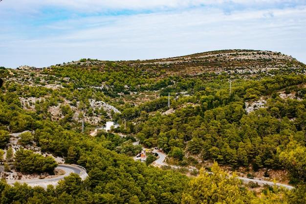 Adembenemend hoog hoekschot van een groen bergachtig landschap onder de bewolkte hemel