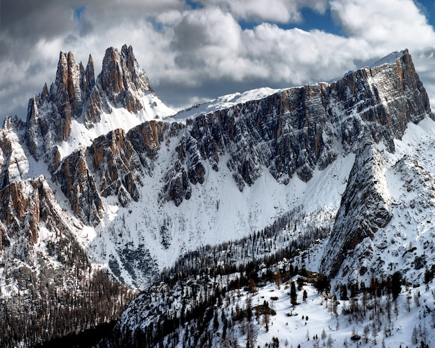 Adembenemend landschap van de besneeuwde rotsen onder de bewolkte hemel bij dolomiten, italiaanse alpen in de winter