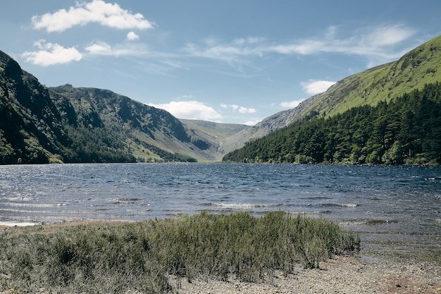 Adembenemend landschap van de kustlijn van wicklow mountains national park ballynabrocky