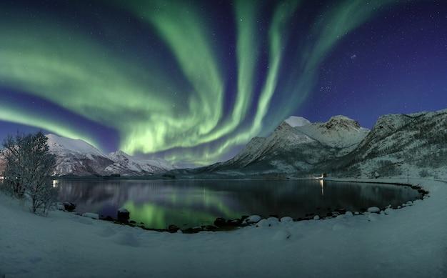 Adembenemend schot van de hemel weerspiegelt in het meer met zijn unieke kleuren in lofoten, noorwegen