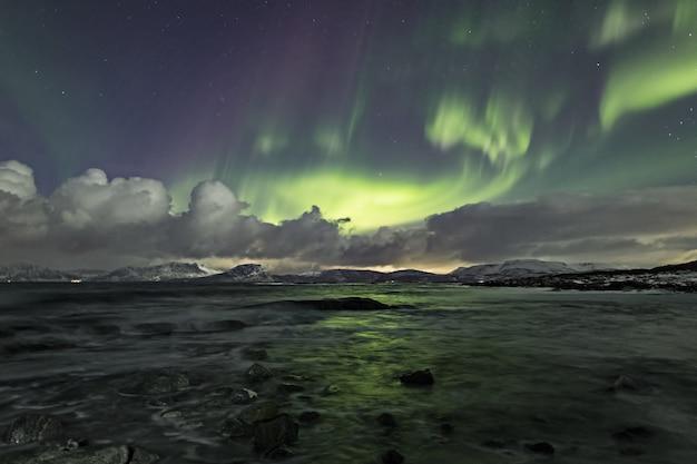 Adembenemend schot van wind van kleuren die weerspiegelen in de zee, waardoor het op een sprookjesachtige scène lijkt